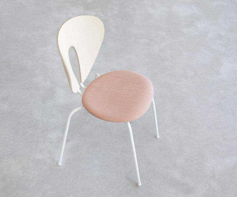 stua-globus-estructura-blanca-silla-madera-tapizada