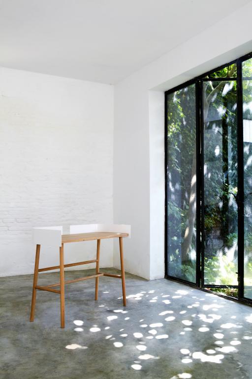b-universo-positivo-escritorio-madera-metal-blanco