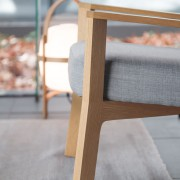 butaca-punt-puntmobles-breda-madera-roble-macizo-tapizado-detalle
