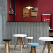 taburete-mesa-punt-puntmobles-flak-madera-roble-haya-macizo-asiento-encimera-lacado-color-taburetebajo-mesa-axuiliar-centro
