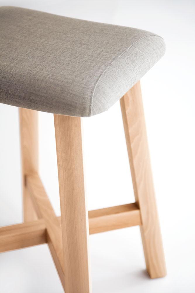 taburete-punt-puntmobles-bevel-madera-haya-macizo-asiento-tapizado-detalle
