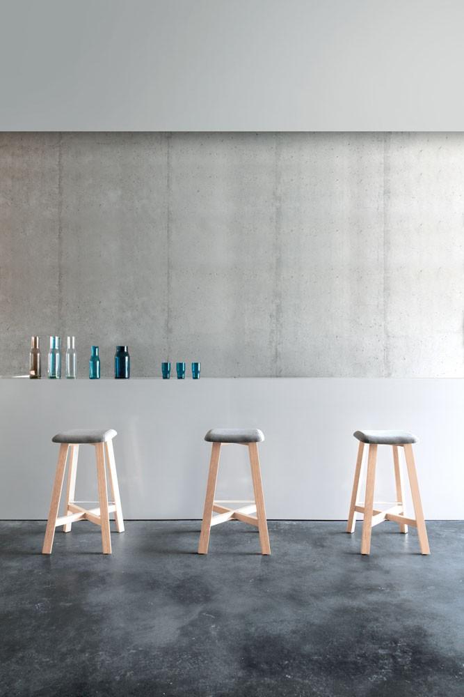 taburete-punt-puntmobles-bevel-madera-haya-macizo-asiento-tapizado-laca
