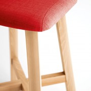 taburete-punt-puntmobles-bevel-madera-haya-macizo-asiento-tapizado-laca-detalle-tela