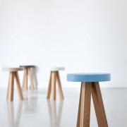 taburete-punt-puntmobles-flak-madera-roble-haya-macizo-asiento-lacado-color-taburete bajo