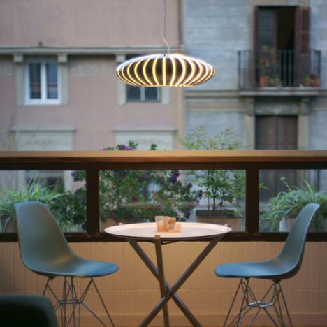 lámpara suspension Maranga Marset encima mesa redonda y dos sillas