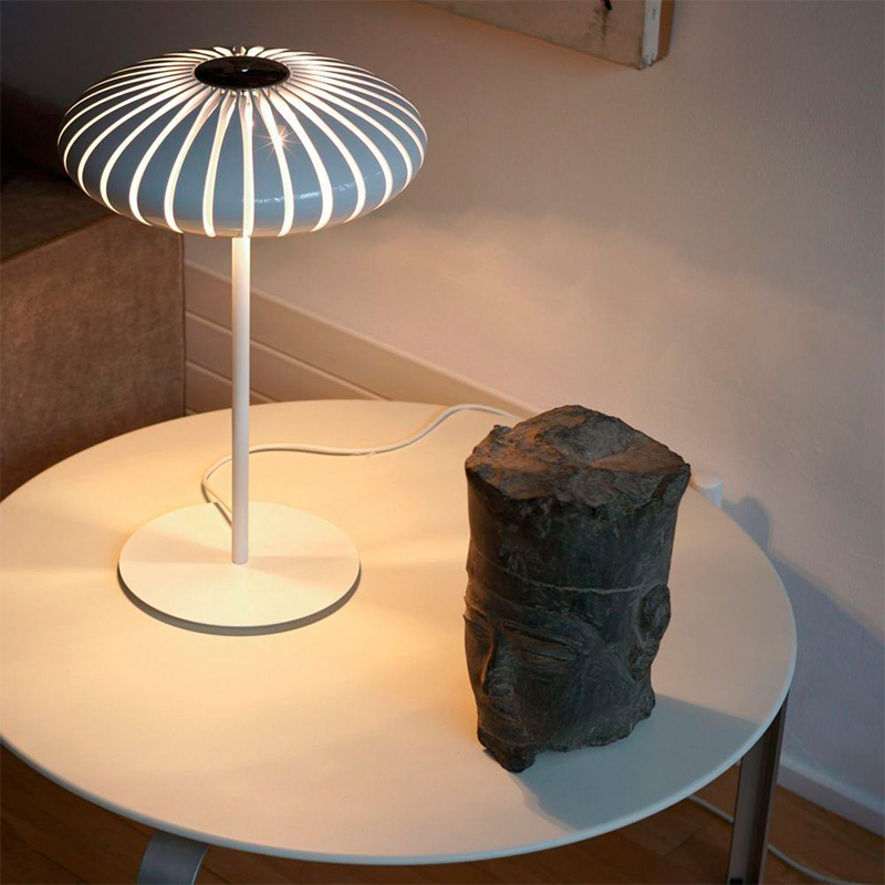 lámpara maranga de sobremesa en mesa auxiliar
