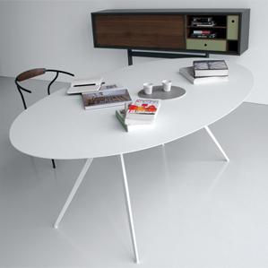 Las tablas de la colección Balance son armoniosas y dinámicas. El soporte de acero forma la base de un sistema de marcos capaces de adaptarse a las formas ovaladas, redondas y rectangulares de las partes superiores.