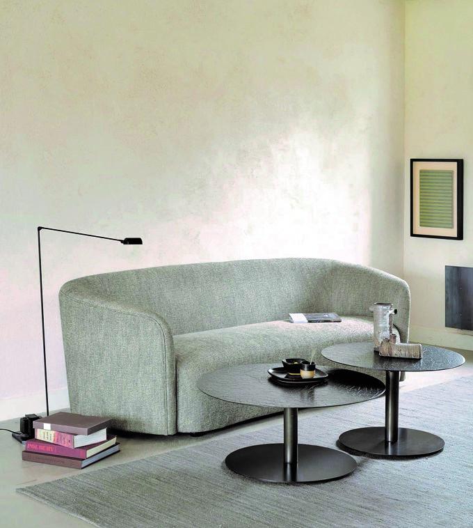 sofa de dos plazas de color ceniza