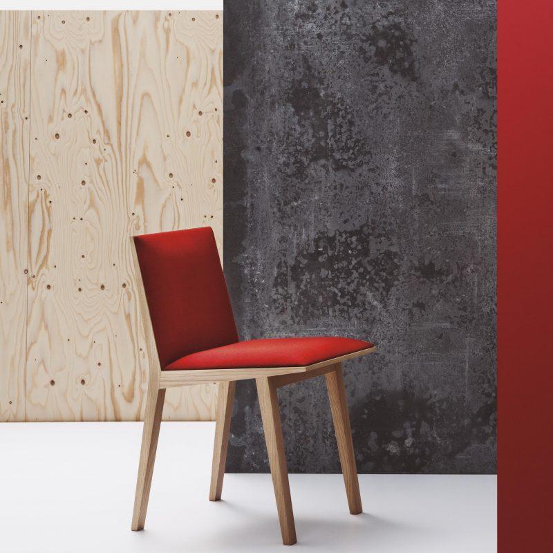 Silla Moody tapizado rojo y base madera